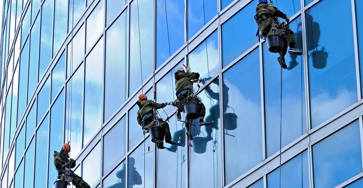 Fenstereinigung am Hochhaus